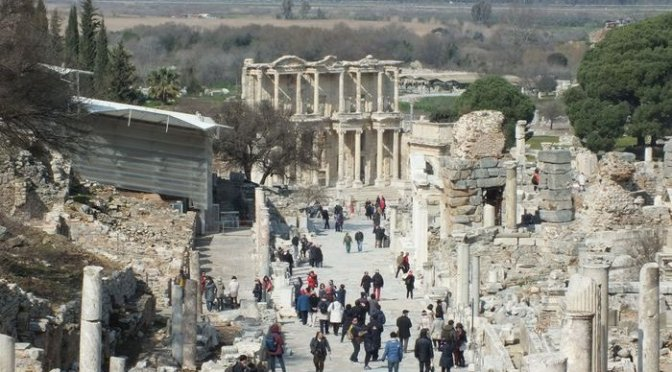 Cerita Menyusuri Lorong Waktu Menikmati Reruntuhan Kota Kuno di Efesus !